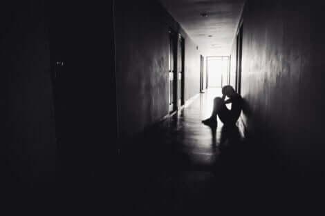 Enfant assis dans un couloir.