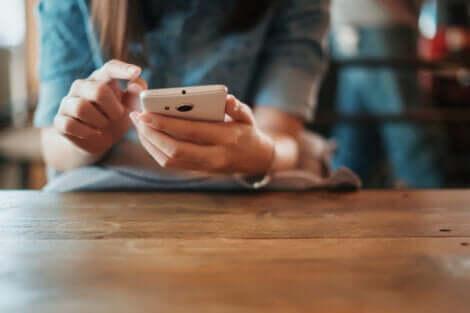 Une femme qui regarde son téléphone portable.