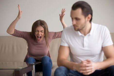 Une femme qui crie sur son partenaire.