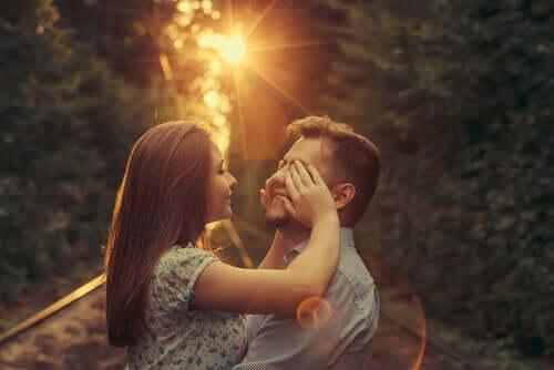 Une femme qui cache les yeux de son partenaire.