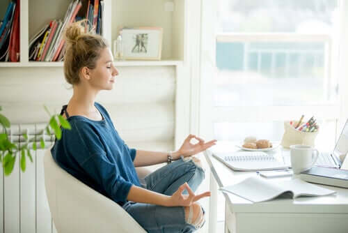 Une femme en train de méditer.
