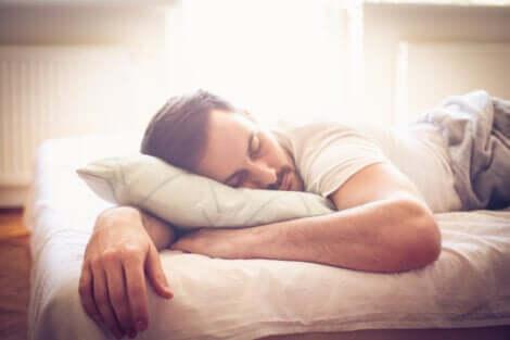 Un homme qui dort profondément.