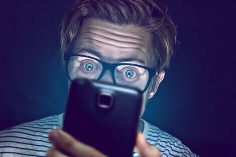 Homme qui regarde son téléphone.