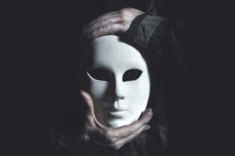 Homme masqué.