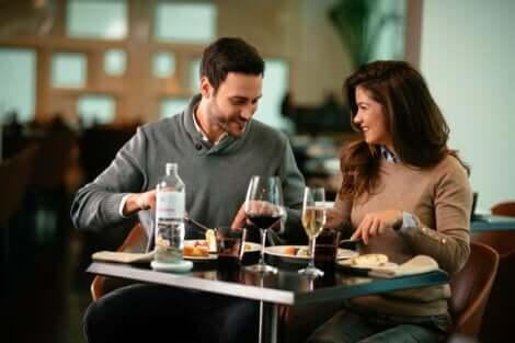 Couple qui partage un repas.