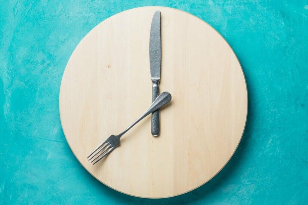 Une assiette qui représente une horloge.