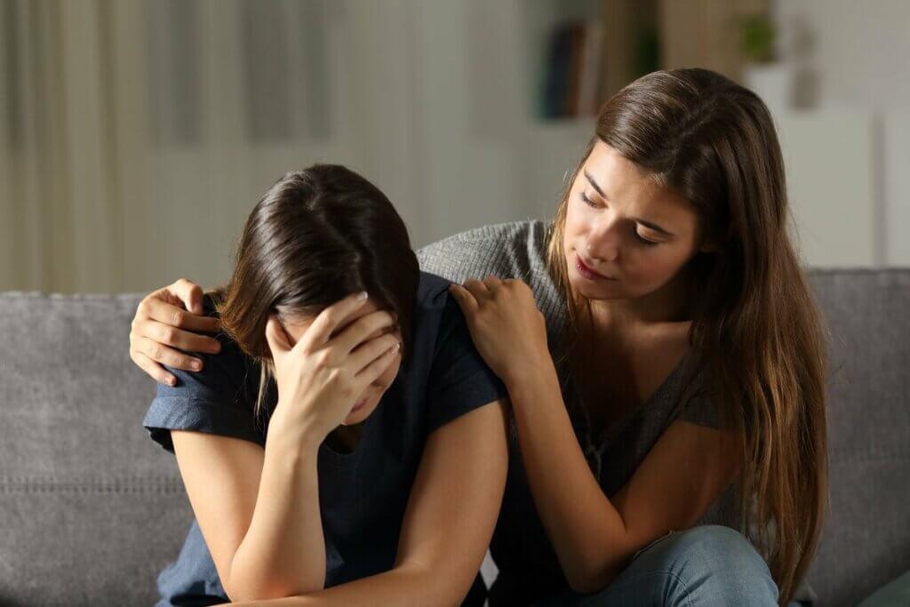 Une femme qui console une amie.