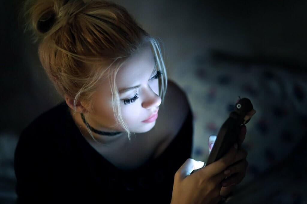 Une femme sur son téléphone.