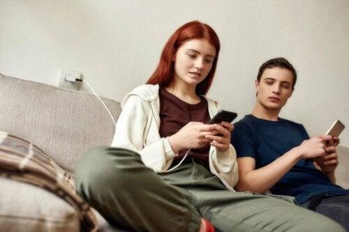 S'il contrôle votre smartphone, il vous contrôle : comment éviter le cybercontrôle ?