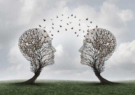 Deux arbres en forme de tête.