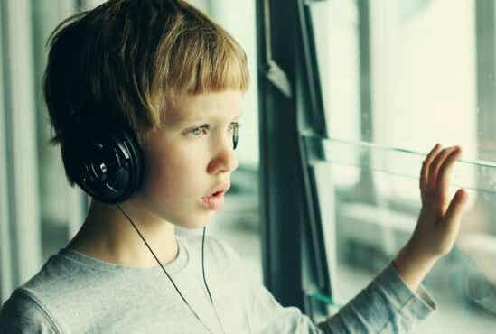 Un jeune garçon qui écoute de la musique avec un casque.