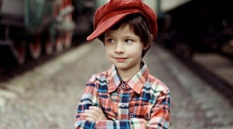 Un jeune garçon avec un béret rouge.