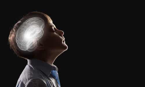 Un enfant, avec le cerveau en lumière, qui ferme les yeux.