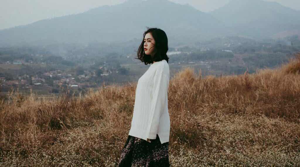 Une femme asiatique dans la nature.