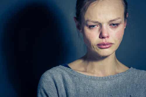 Femme triste avec un trouble de la personnalité limite.