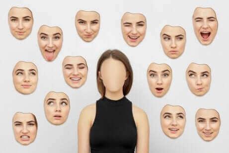 Une femme et des masques.