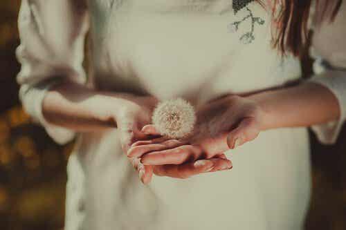 Une femme avec les mains tendues.