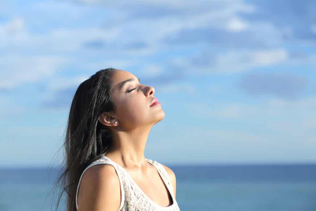Femme qui respire l'air frais.