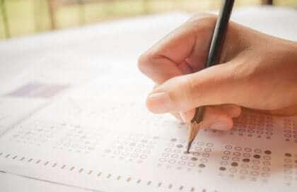 Une femme qui passe un test.