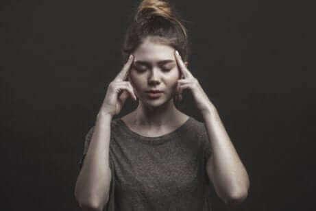 Une femme qui pense les yeux fermés.