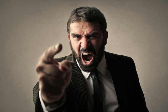 Un homme en colère qui crie.