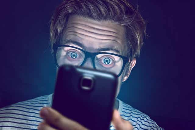 Un homme sur son téléphone.