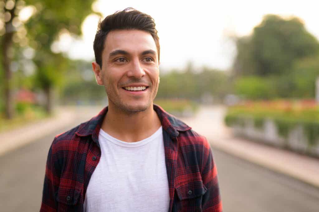 Un homme qui sourit.