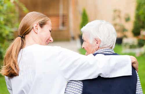 Un médecin avec une personne âgée.