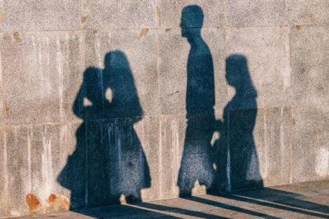 Un mur avec des ombres.