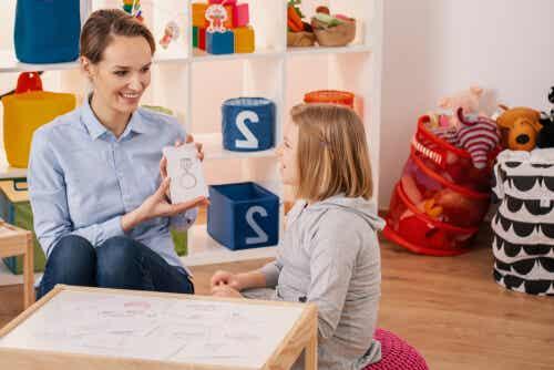 Psychologue avec une enfant atteinte de TDAH.