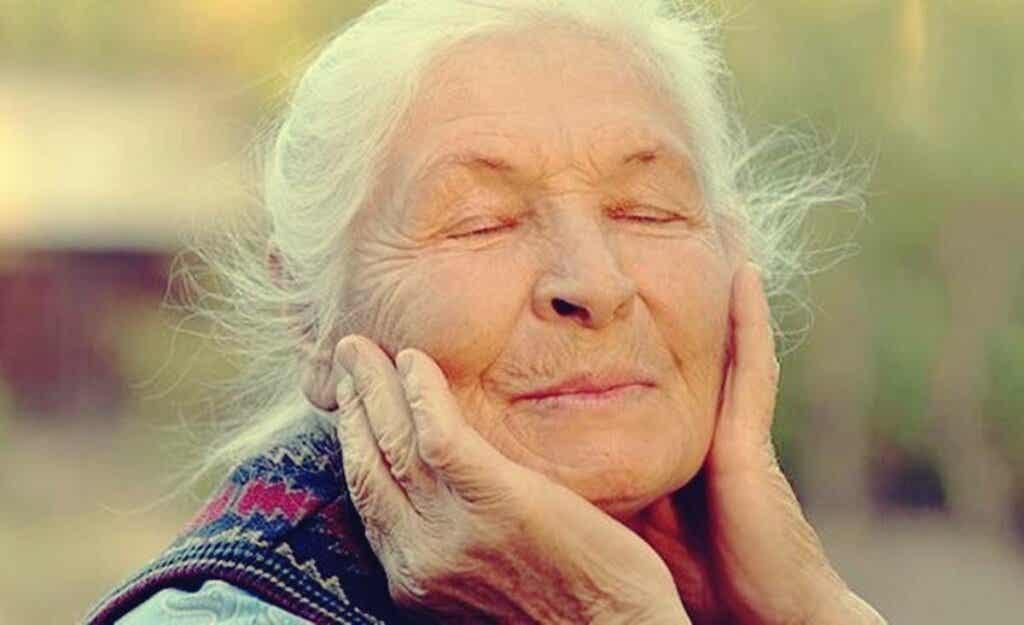 Une femme âgée.