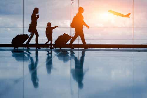 Une famille dans un aéroport.