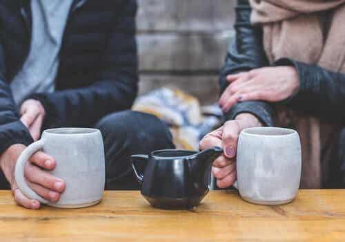 Couple qui boit le thé.