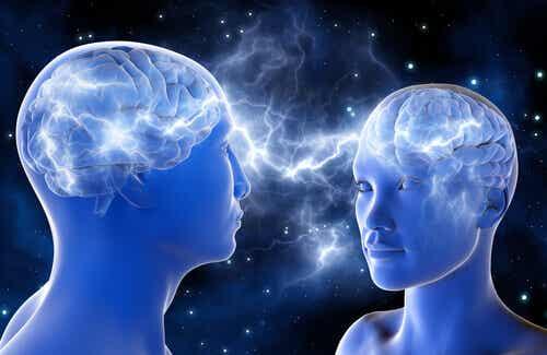 Deux personnes connectées par le cerveau.