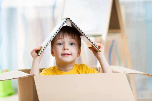 Enfant dans une boîte en carton.