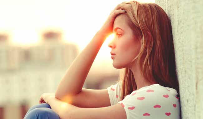 Une femme pensive.