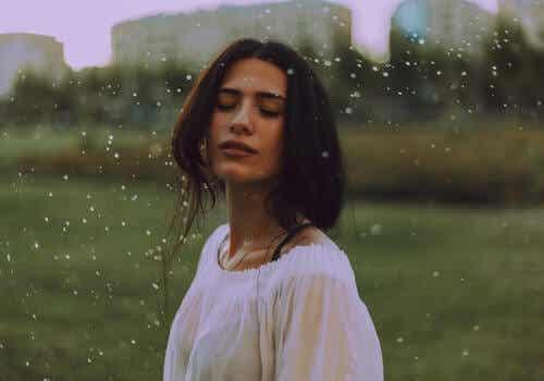 Femme, les yeux fermés.