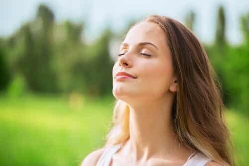 Une femme les yeux fermés.