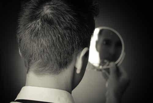 Homme se regardant dans un miroir.