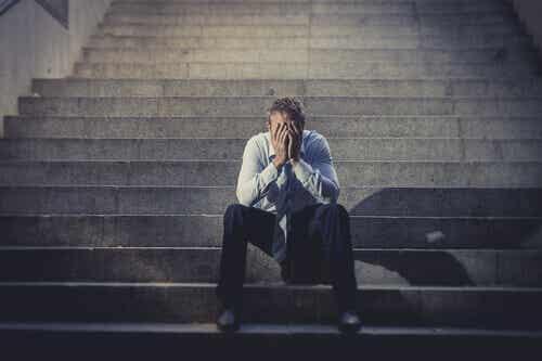 Un homme assis stressé.