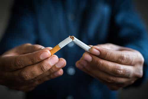 Un homme qui casse une cigarette.