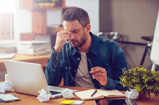 Homme stressé au travail.