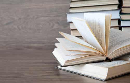 Une pile de livres.