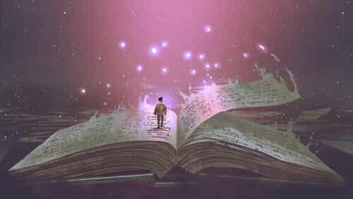 Une personne sur un livre.