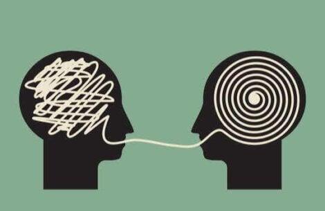 Personnes qui parlent.