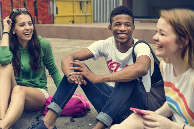 Trois adolescents qui rient.