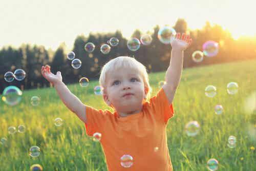Enfant qui joue avec des bulles.