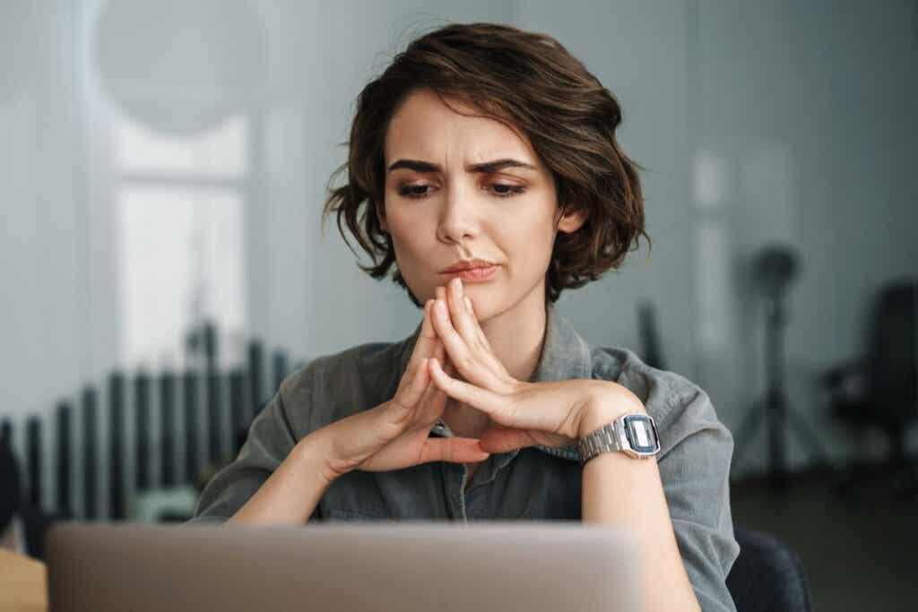 Une femme concentrée.
