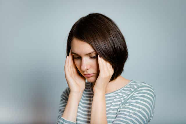 Une femme qui a un mal de tête.