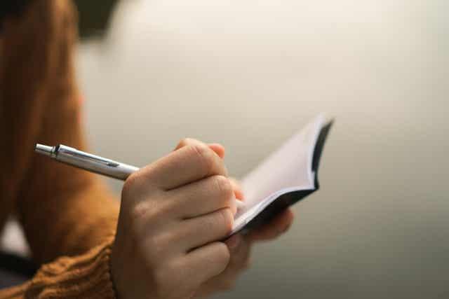Une femme qui prend des notes.